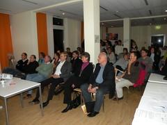 Teilnehmer der ersten Mitgliederversammlung des Wundnetzes Kiel hören der Vorsitzenden Frau Dr. Timm interessiert zu