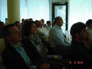 Die Teilnehmer der Mitgliederversammlung verfolgen den interessanten Vortrag
