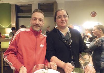 2 Teilnehmer stehen an einem Bistro-Tisch
