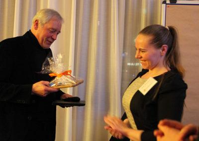Olga Shevyreva überreicht Prof. Bosch ein Geschenk