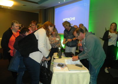 Teilnehmer treffen sich vorne im Gespräch