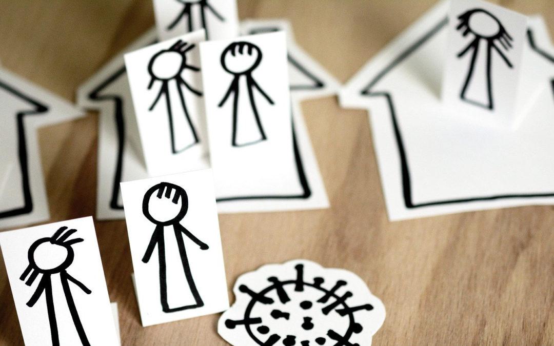 Personen und Häuser aus Papier ausgeschnitten und aufgemalt, um mit den figuren Social distancing im Modell nachzustellen.